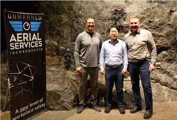 左からUAS CEOのマット・マキンノン氏、テラドローンCOOの関鉄平氏、UAS ゼネラルマネージャーのスティーブ・マクネル氏
