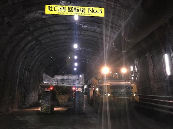 狭隘なトンネル内での車両のすれ違い