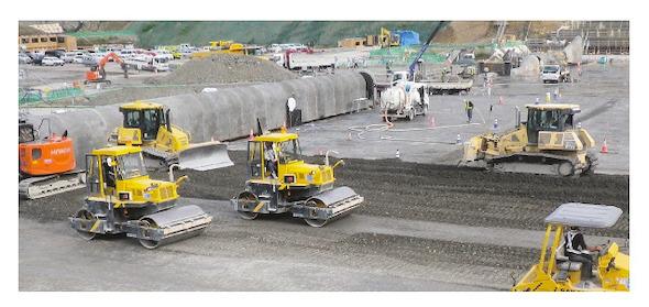ダムコンクリートの敷均し・締固め状況