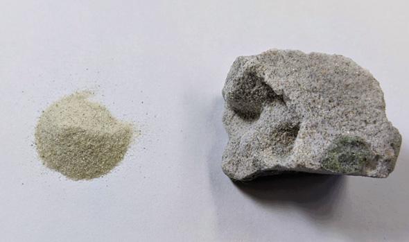 珪砂から製造した硬化体(左:珪砂 直径約0.1mm、右:製造した硬化体)