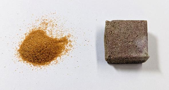 ナミブ砂漠の砂から製造した硬化体(左:ナミブ砂漠の砂、右:製造した硬化体)