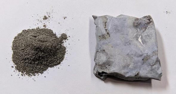 月の模擬砂から製造した硬化体(左:月の模擬砂 ニチレキ提供、右:製造した硬化体)
