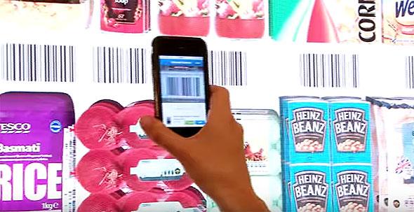 海外のスーパーマーケットでは英Tescoのオムニチャネル戦略が有名。写真はスマホアプリでバーコードを読み取ると商品が購入できる自動販売機(出典:YouTube)