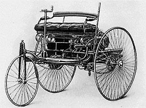 世界初の自動車ベンツ・パテンテッド・モートル・ワーゲン。1886年に特許登録されたこのクルマを契機に欧州では次々と自動車が作られ始める。ただしそれはお金持ちの道楽にすぎず、社会を支える輸送手段になるとは考えられていなかった(出典:Wikipedia)