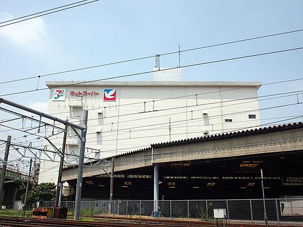 JR西日暮里駅と田端駅の中間にある「セブン&アイHD ネットスーパー西日暮里店」。施設内は立ち入ることができないが、敷地の入り口に実店舗がある