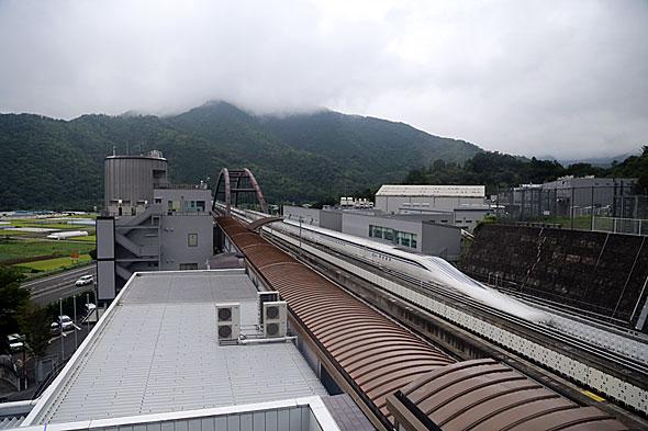 山梨県のリニア実験線を走行するL0系列車