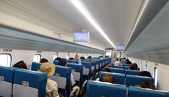 L0系の客室。4列シート。座席は新幹線に比べると華奢な印象。軽量化やシートピッチ拡大のため薄くしている?