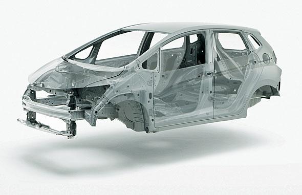衝突時の安全性は、つぶれにくいキャビンと、衝撃を吸収しながらつぶれるエンジンルームとの組み合わせで成り立っている。写真はフィットのモノコック