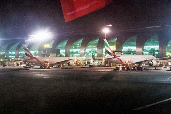 ドバイ国際空港の駐機エアリアに並ぶボーイングの大型機777