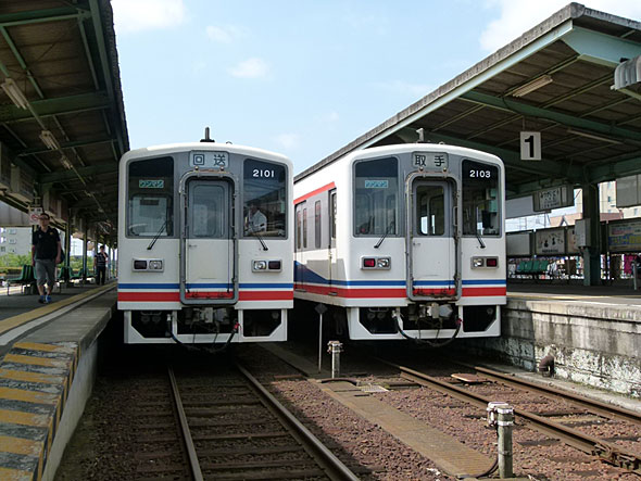 関東鉄道は取手〜水海道間が複線。日本の鉄道では珍しい「複線非電化」区間だ