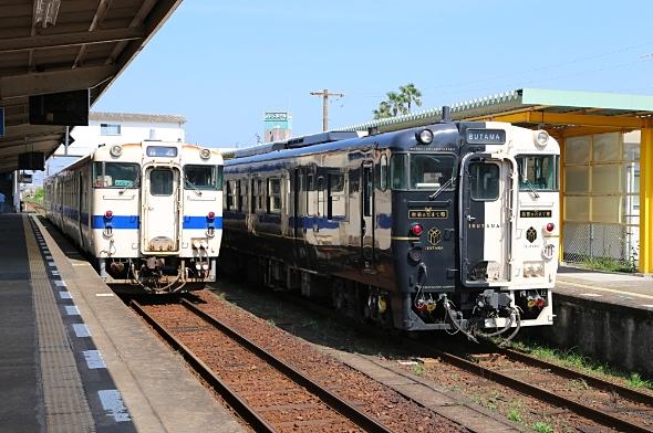 キハ40系(キハ47形・左)と「指宿のたまて箱」(右)