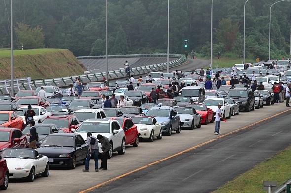 テストコースの一部はファンたちの臨時駐車場となった