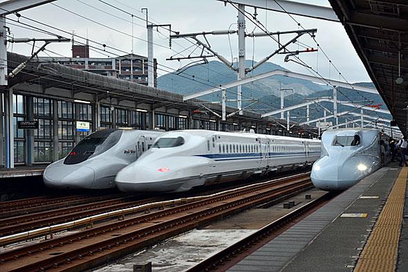 左から「700系ひかりレールスター仕様」「N700系」「N700系」