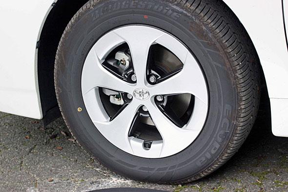 低燃費を支えるエコタイヤだが、かつてのタイヤと比べて濡れた路面でのグリップ性能はどうしても低下する