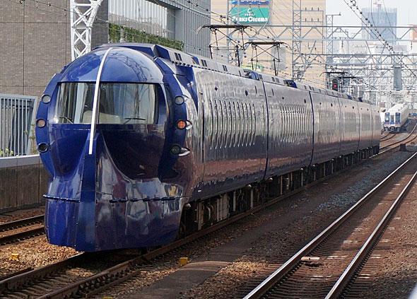 南海電鉄50000系電車。ふだんは青い(写真提供:南海電鉄)