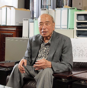 大田昌秀氏。1925年生まれ。沖縄県久米島出身。1990年〜98年に沖縄県知事、2001年〜07年に参議院議員。県知事在職中に大田平和総合研究所(現沖縄国際平和研究所)を設立