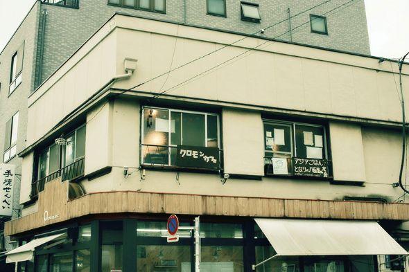 古びた建物の2階にあるクロモンカフェ