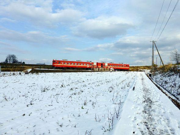 岩見沢市郊外で保存された711系電車
