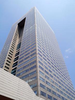 """東芝の本社ビル。不適切会計処理問題の""""主役""""となってしまったのがPC事業だった"""