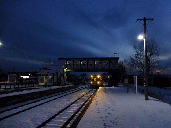 初冬の富良野線美瑛駅。山間部で積雪が始まっていた