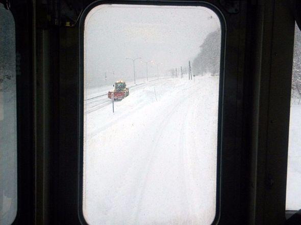 2012年2月。JR北海道釧網本線の列車最前部からの眺め。レールが雪を被っていても、列車は定時運転だった。鉄道は雪に強い。寒冷地こそ残す必要がある