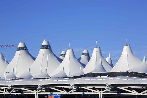 冠雪のロッキー山脈をイメージしたデンバー国際空港の白い屋根(撮影:倉谷清文)