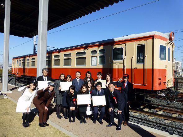 「鉄旅オブザイヤー2015」の受賞者の皆さんと、司会のダーリンハニー・吉川正洋さん、女子鉄アナウンサー・久野知美さん、鉄道大好きマネージャー・南田裕介さん