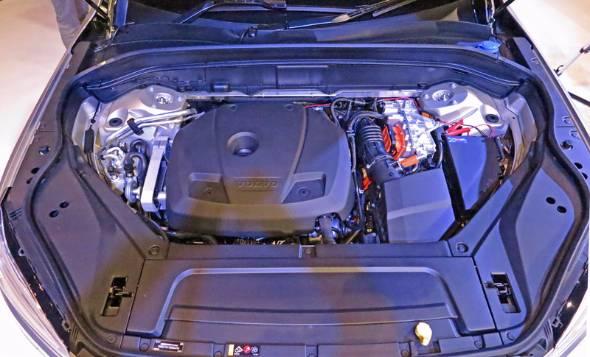 エンジンが4気筒に一本化されたことで、無駄なスペースを排除して効率化されたエンジンルームパッケージ