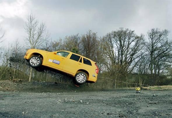 何らかの事情で道路を逸脱したクルマは大きく跳ね上げられることが多い。これにより脊髄損傷が起こるケースがかなりあるとボルボは言う
