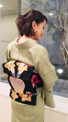 うしろ姿が綺麗な和装の内田恭子