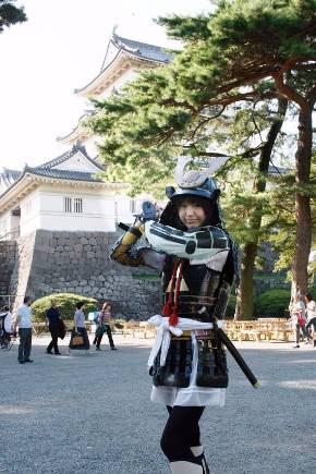 北条家の居城だった小田原城と小日向えりさん(写真は大学時代)