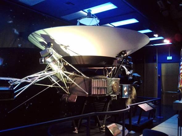 フォン・カルマン講堂にて展示されているボイジャーの実物大模型