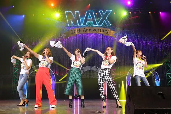 昨年10月に開かれたMAXデビュー20周年記念ライブ。左から2番目がLINA