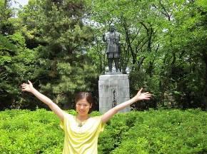 浜松城の本丸にある「若き日の徳川家康公の銅像」と小日向えりさん