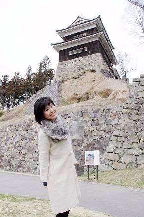 上田城の南櫓を背景に。上田城には数え切れないほど訪れている小日向えりさん