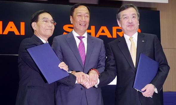 4月2日の共同会見に臨んだ鴻海の郭会長兼CEO(中央)とシャープの高橋興三社長(右)。左は鴻海の戴正呉副総裁