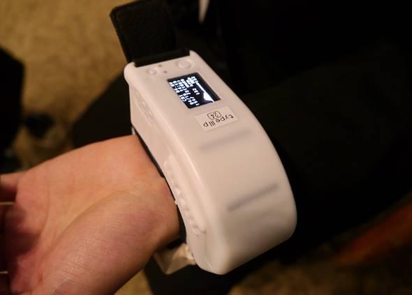 オムロンヘルスケアが開発した連続血圧測定が可能な血圧計のプロトタイプ