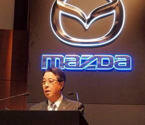 決算説明会で登壇するマツダの小飼雅道社長兼CEO