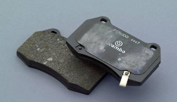 ブレーキの主役はこのブレーキパッド。本来クリアランスはあまりなく、ローターのブレによって1回転の内ある程度の角度では常にローターと擦れて引きずっている