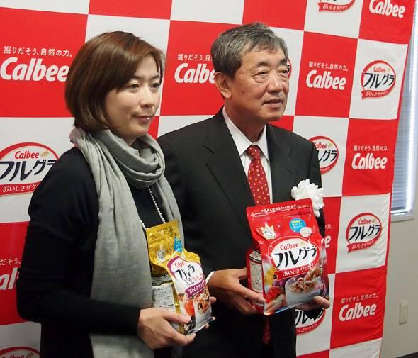 売り上げ急成長中、カルビーのシリアル食品「フルグラ」。そのビジネスを推進する松本晃会長兼CEO(右)と、マーケティング本部 フルグラ事業部の藤原かおり事業部長