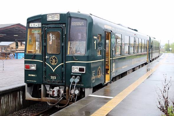 くま川鉄道観光車両「KUMA1」。後方は「KUMA2」