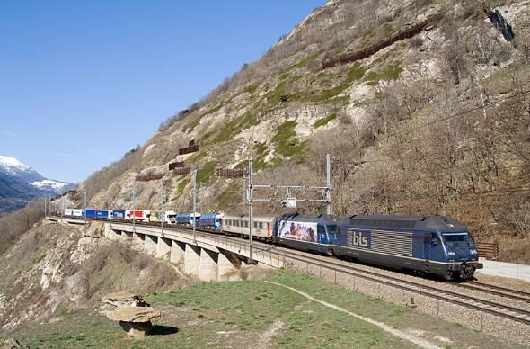 ドイツ〜イタリア間でトラックを輸送するローリングハイウェイ(出典:Wikipedia)