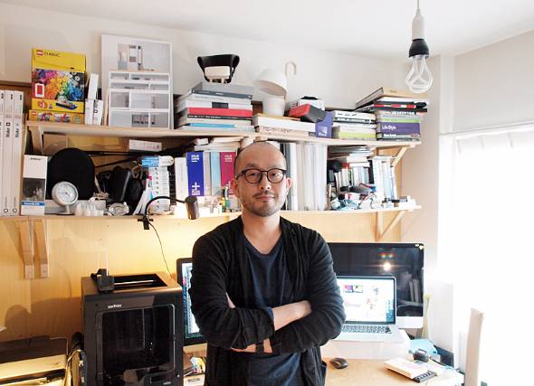 デザイナーの小関隆一氏。1973年、東京都生まれ。1998年に多摩美術大学美術学部デザイン学科インテリアデザイン専修卒業後、I.D.K.デザイン研究所に在籍して喜多俊之氏に師事。2011年にリュウコゼキデザインスタジオ設立