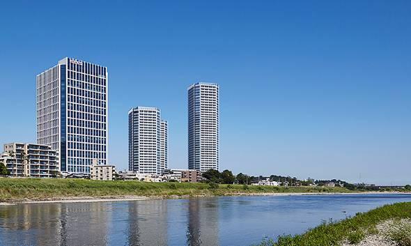 楽天クリムゾンハウス(3つあるタワーの一番左)は多摩川沿いに建つ(出典:楽天)