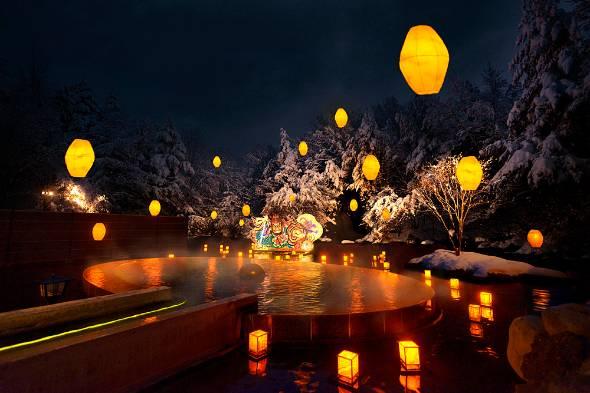 雪が積もる露天風呂から眺めるねぶり流し灯篭は、今や「青森屋」の冬の風物詩に