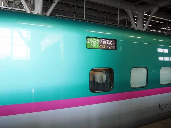 新青森駅に停まる北海道新幹線。終点の函館北斗駅までは約1時間という距離だ