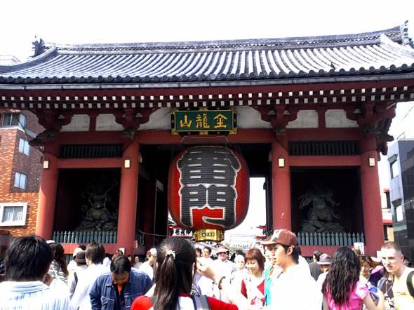 国内外から多くの観光客が集まる東京・浅草