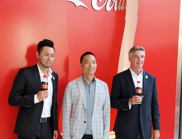 内覧会の冒頭に登場した面々。左から北島康介さん(コカ・コーラ・チーフ・オリンピック担当・オフィサー)、長谷部健氏(渋谷区長)、ティム・ブレット氏(日本コカ・コーラ社長)