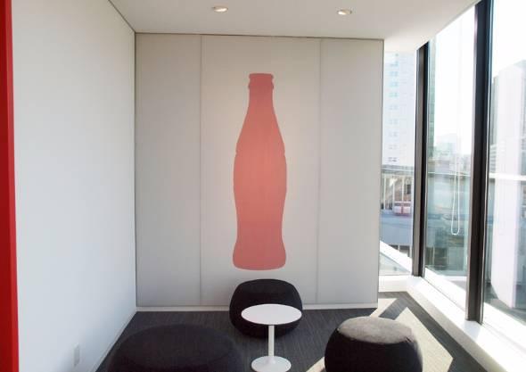 新オフィスには至るところに「コカ・コーラ」ブランドを表すデザインが