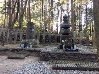 吉継の墓(右)